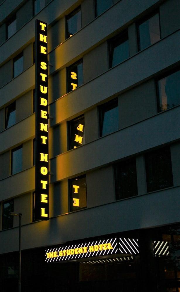 Doosletters gevel the student hotel rotterdam