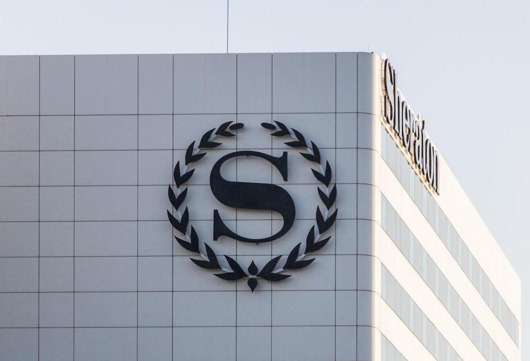 Freesletters zwart op gevel van sheraton hotel