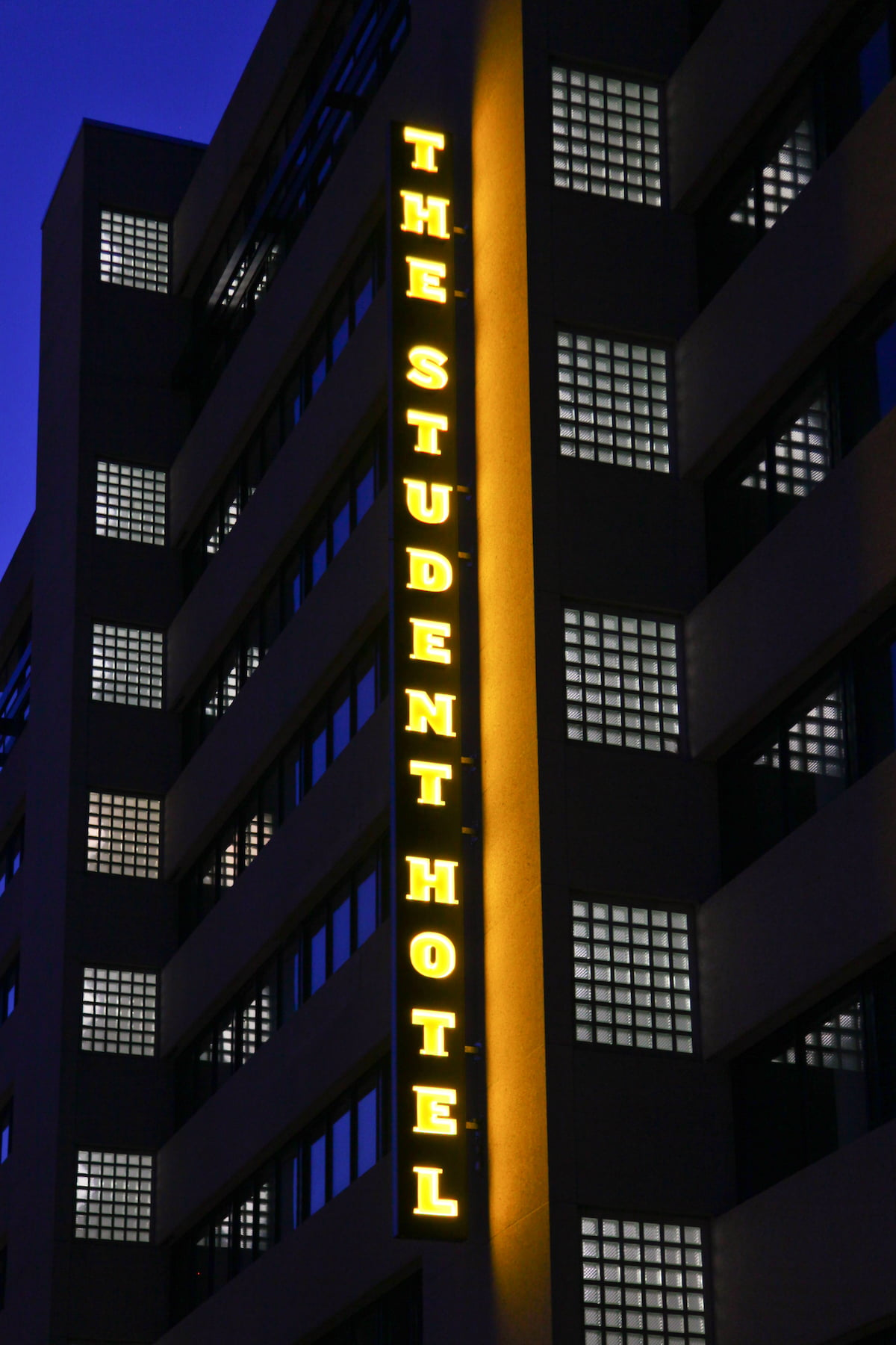 Verticale lichtbak student hotel